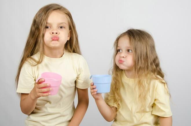 Девочки лечатся от стоматита содовой водой