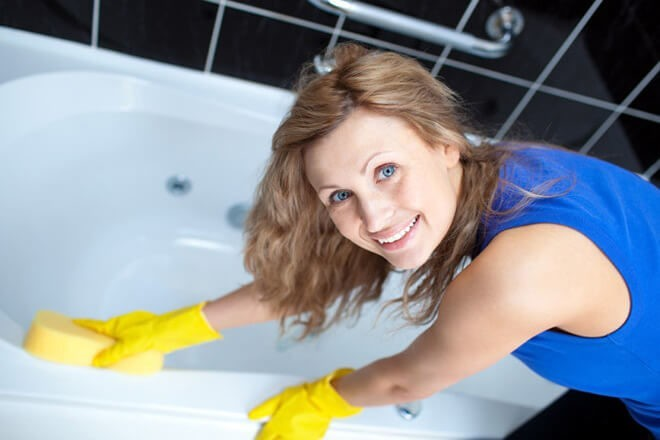 Девушка с лёгкостью отмывает ванну