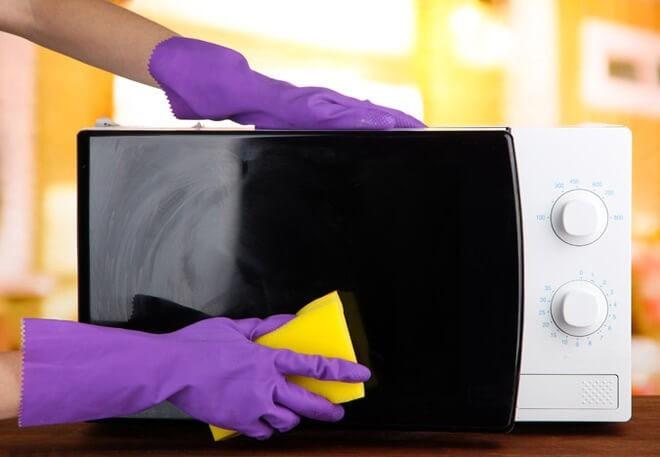 Как почистить микроволновку с помощью соды и уксуса в домашних условиях