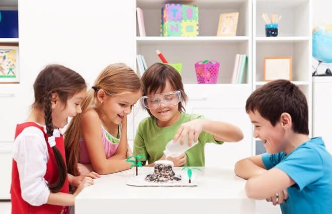 детишки радуются результату опыта с содой и уксусом
