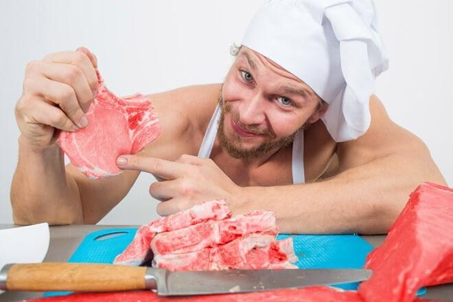 Повар показывает кусочки мяса после обработки гидрокарбонатом натрия