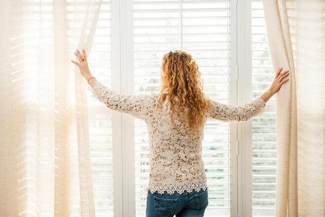 белые занавески на окне