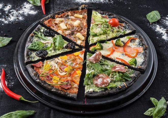 Морская пицца на дрожжевом тесте с чернилами каракатицы