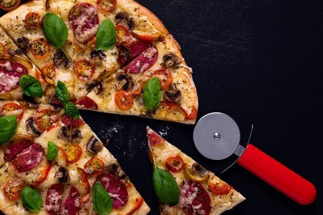 Пицца на тонком бездрожжевом тесте с бикарбонатом натрия