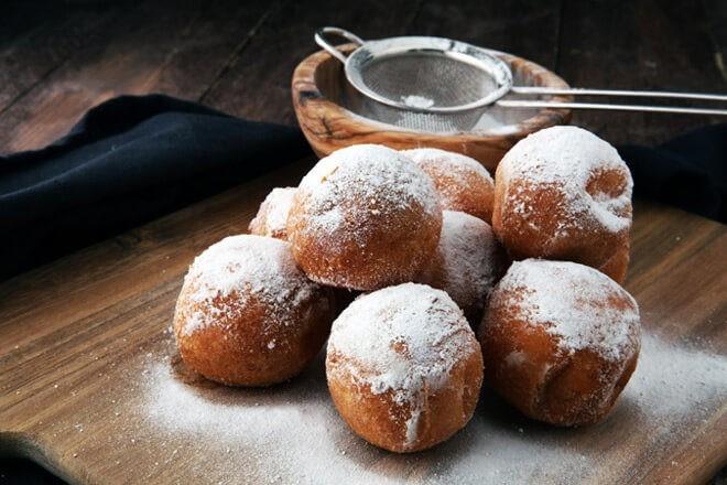 Домашние пончики на пищевой соде в сахарной пудре