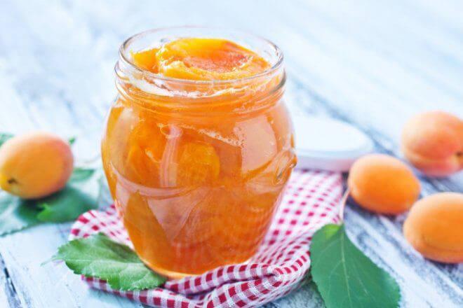 варенье с половинками абрикосов