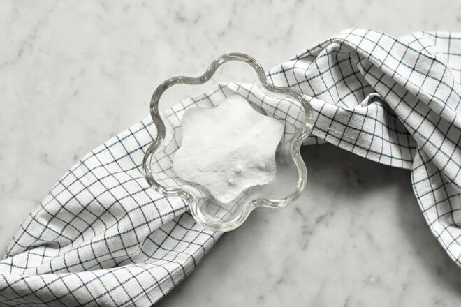 кухонное полотенце с миской соды