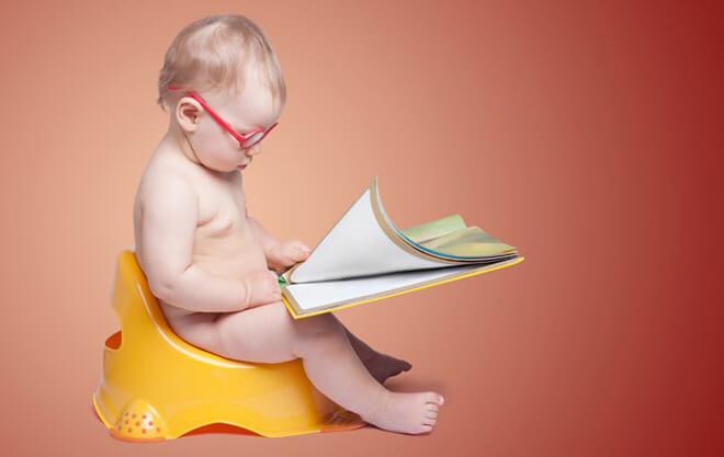 малыш с запором на горшке читает книгу